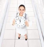 Sourire de femme d'affaires, horloge de prise Images stock