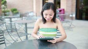 Sourire de femme de tablette banque de vidéos