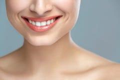 Sourire de femme Dents blanchissant Soin dentaire photo libre de droits