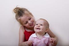 Sourire de fille et de bébé image stock