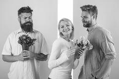 Sourire de fille fait son choix La fille populaire suscitent l'attention de mâle de sort Concept de coeur cassé Concurrents d'hom photo libre de droits