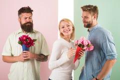 Sourire de fille fait son choix La fille populaire suscitent l'attention de mâle de sort Concept de coeur cassé Concurrents d'hom photographie stock