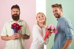 Sourire de fille fait son choix La fille populaire suscitent l'attention de mâle de sort Le bouquet heureux de prises de femme fl photo libre de droits