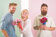 Sourire de fille fait son choix La fille populaire suscitent l'attention de mâle de sort Le bouquet heureux de prises de femme fl photos libres de droits