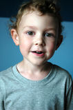 Sourire de garçon d'enfant en bas âge Image stock