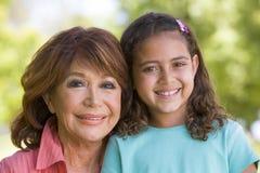 Sourire de grand-mère et de petite-fille Photographie stock libre de droits