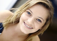 Sourire de l'adolescence avec des supports image libre de droits
