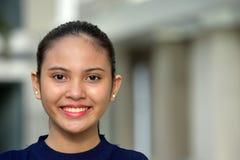 Sourire de l'adolescence jeune de fille image libre de droits
