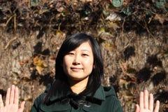 Sourire de la jeune femme chinoise des achats Images stock