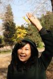 Sourire de la jeune femme chinoise des achats Image stock