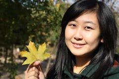Sourire de la jeune femme chinoise des achats Photo libre de droits