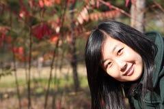 Sourire de la jeune femme chinoise des achats Photos stock