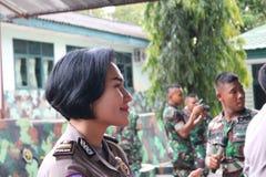 Sourire de la police féminine photographie stock libre de droits