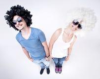 Sourire de port de perruques de couples drôles grand Image libre de droits