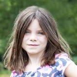 Sourire de portrait de fille assez jeune Images stock