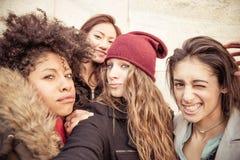 Sourire de quatre jeune beau filles Photos stock
