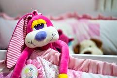 Sourire de rose de jouet de bébé de peluche de Rabit beau images libres de droits
