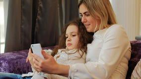 Sourire de selfie d'amusement de loisirs de parenting d'enfant de maman de famille Photo stock