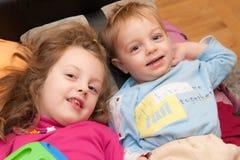 Sourire de soeur et de frère Photo libre de droits