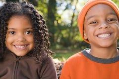 Sourire de soeur et de frère Photographie stock