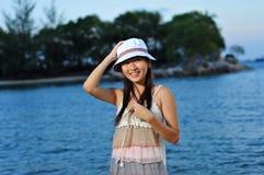 Sourire de touristes femelle à elle-même Photos libres de droits
