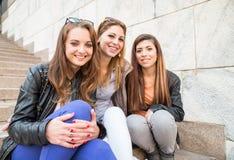 Sourire de trois jeune beau filles Images stock
