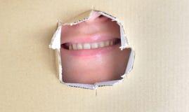 Sourire derrière dans une boîte photos stock
