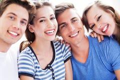 Sourire des jeunes photographie stock libre de droits