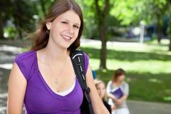 Sourire doux de fille d'université Photos libres de droits