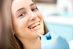 Sourire du ` s de femme avec des bagues dentaires Photo libre de droits