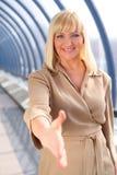 sourire entre deux âges de salutation de femme d'affaires Photo stock