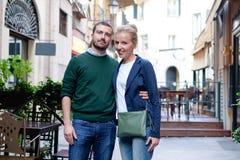 Sourire et couples heureux dans le sourire d'amour Photographie stock