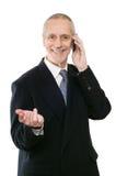 Sourire et homme d'affaires agréable au téléphone photos libres de droits