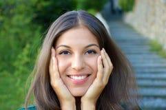 Sourire et participation d'apparence de jeune femme son visage images libres de droits