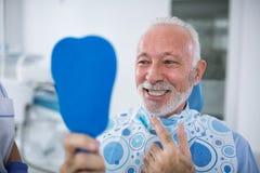 Sourire et patient satisfaisant après traitement Image stock