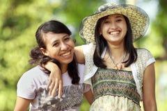 Sourire ethnique multi d'ami extérieur Image stock