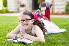 Sourire extérieur de jeune lecture hispanique de fille Photos libres de droits