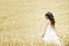 Sourire extérieur de jeune mariée Images stock