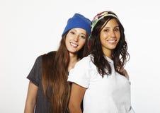 Sourire faisant de la planche à roulettes deux d'amie Photographie stock libre de droits