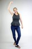 Sourire femelle blond mûr avec la main en air Image libre de droits
