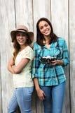 Sourire femelle de deux jeune amis Images stock