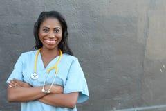 Sourire femelle de médecin ou d'infirmière d'Afro-américain Image stock
