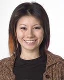 Sourire femelle de verticale de chemin mélangé images libres de droits