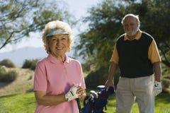 Sourire femelle supérieur de golfeur Images libres de droits