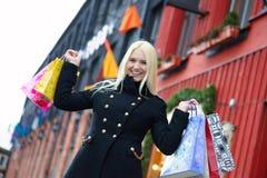 Sourire fille assez blonde avec des paniers Images stock