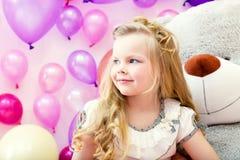 Sourire fille assez blonde posant dans la salle de jeux Photos libres de droits