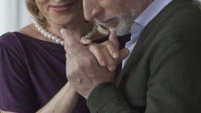 Sourire gêné de dame supérieure quand homme embrassant sa main, datant le service clips vidéos