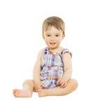 Sourire hapy de bébé de petit garçon, enfant s'asseyant au-dessus de l'OIN Image libre de droits