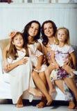 Sourire heureux assez moderne de famille de jeunes à la maison, peop de mode de vie photographie stock