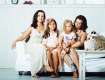 Sourire heureux assez moderne de famille de jeunes à la maison, peop de mode de vie photographie stock libre de droits